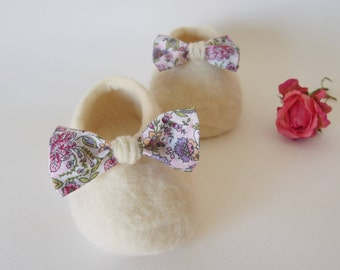 Baby shoes, flower lace booties, baby shoes, merino wool booties. Girl's Afeltrados shoes. Handmade shoes.