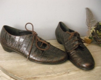 vintage faux CROCODILE Brown leather OXFORDS .. lace up flats ... aersoles ... size 8 womens