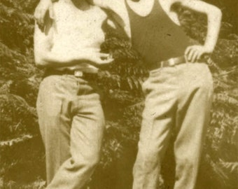 vintage photo 1920 Handsome Young Men Affectionate in skinny tee Shirt gay int