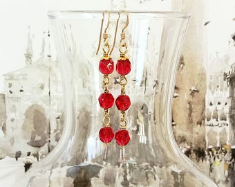 Boucles d'Oreilles Longues cristal rouge framboise facetté / Plaqué Or 14kt Gold filled - Red crystal earrings