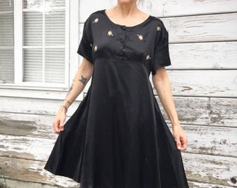 Vintage 90s dress,babydoll,black,satin.belted,embroidered,lose fit,boho,cute,goth,grunge,hippie,party dress,American,sundress,retro,80s,M,L