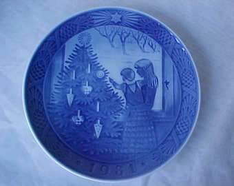 1981 Royal Copenhagen Admiring the Tree, Collectible Annual Cobalt Blue and White Christmas Plate From Denmark, Holiday Home Decor