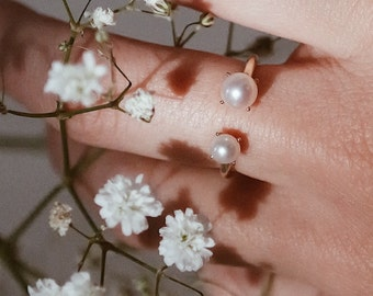 A r e t é   9kt gold ring with natural pearls