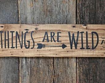 Aller guten Dinge sind wild und frei mit Pfeil Henry Thoureu Quote: handgemalt auf Altholz Altholz Bauholz Holzschild