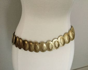 """Vintage 1960s Gold Stretch Belt Oval Discs Boho Gypsy Style Metal Belt 37 Over Lapping Raised Domes Stretches 30"""" to 40"""" Discs 1.75 x 1"""