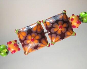 PAARWEISE: GEBLÜMTEN Kissen + Coordinating Polka-Dot Minnie und Kalk Plains handgefertigte Glasperlen von Patti Cahill (insgesamt 6 Perlen)