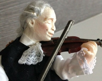 Miniature violinist for dollhouse