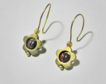 Dangle earrings / cute daisy earrings / brass earrings / floral earrings / flower earrings / short drop earrings / antique brass earrings