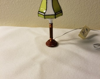 Miniature Dollhouse 1_12th Scale Wired Table Lamp with Hand Painted Stained Glass Inspired Shade Dollhouse Miniature Lighting