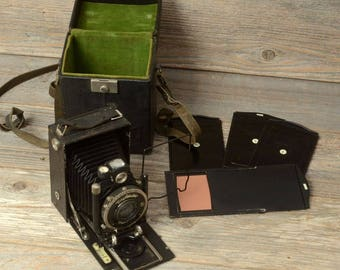 "VINTAGE VOIGTLANDER AVUS Camera: 2.5"" x 3.5"" Cut Film Camera Made In Germany, With Original Box and Film Holders."