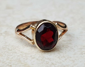 Vintage Garnet Solitaire Ring in 9ct Gold
