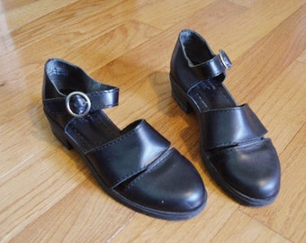 Black Minimalist 90s Vintage Mary Jane Flats with a Circular Buckle
