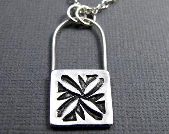 Natif estampillé fleur moderne Collier - Pendentif Carré fleur - collier en argent Sterling