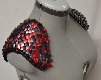 Epaulettes in knitted Dragonhide Scalemail Armor