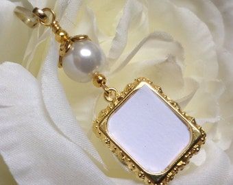 Wedding bouquet photo charm. Gold tones Memorial photo charm. Bridal bouquet charm with small picture frame, white shell pearl- gold tones.