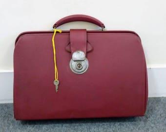 1960s Small vintage Gladstone bag,  burgundy handbag, attaché case, vintage satchel, vintage briefcase, vintage laptop bag, Gladstone bag
