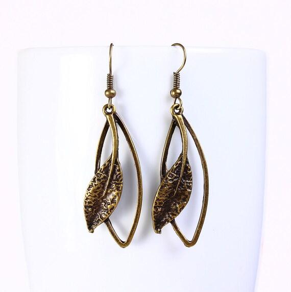 Antique brass leaf drop dangle earrings (557)