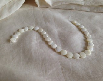 Round mother-of-pearl coin beads