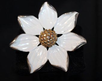 Very nice white flower brooch - Unsigned
