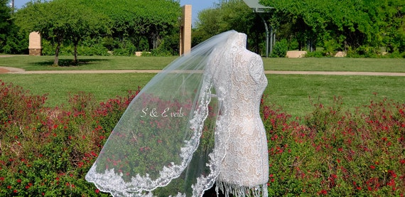 Fingertip Veil with Lace and metal comb | wedding veil