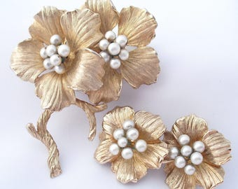 Faux Pearls Brooch Stylized Flowers 1960s Clip Ons Floral Jewelry Vintage Pin Earrings Set Brushed Gold Tone Dogwood Demi