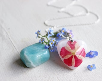 Heart pendant with white resin inlaid with a white and dark pink Verbena flower
