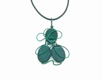 Green necklace that can be worn as a pendant on a strip of leather or at the neck on a hoop