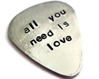 Alles was du brauchst ist Liebe... angepasste / personalisierte Handstamped Aluminium Guitar Pick