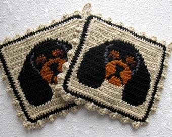 Cavalier Spaniel Pot Holders. Beige, crochet potholders with black and tan cavalier spaniel dogs. King Charles cavalier spaniel gift