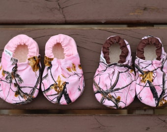 pink camo booties, pink baby moccasins, camo baby girl shoes, camouflage booties, camo baby slippers, infant booties, camo baby gift, fabric