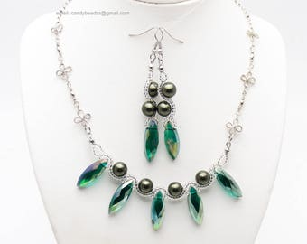 Emerald green pearl necklace;green pearl;Beaded necklace; Swarovski necklace;Crystal necklace;Swarovski beads; glass beads
