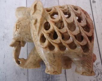 Vintage sculpté éléphant en pierre à l'intérieur d'un autre éléphant