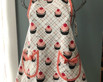 FREE SHIPPING Adorable retro full apron with cupcakes!!!! Makes cooking fun! Lol jk