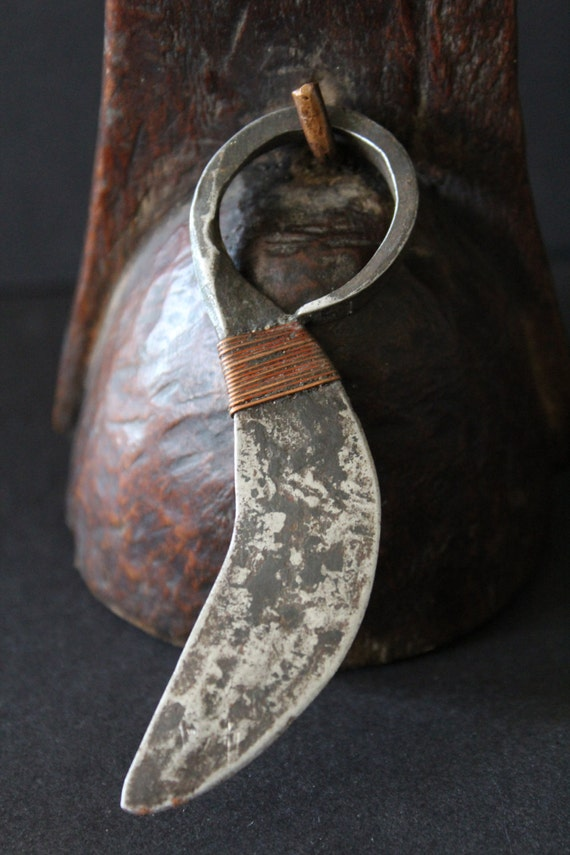 TURKANA Fingermesser wie ein Stammes-Ring getragen. Kupfer