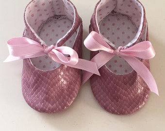 Baby shoes made of pink python-like fabric with satin bow