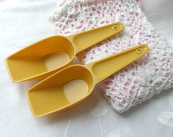Vintage Mustard Yellow Plastic Measuring Spoons / Retro Kitchenware / Vintage Bake And Cookware / Measuring Scoops / 1/4 & 1/3 Cup