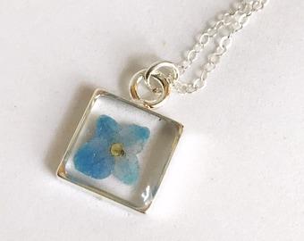 Pendentif Carré argent minuscules fleurs pressées remplie de hortensia bleu