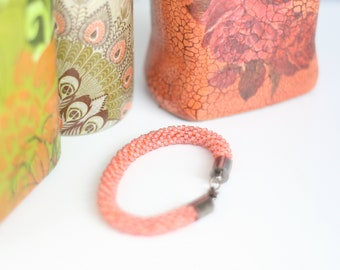 Bracelet made of pearls in salmon color. Length 20 cm