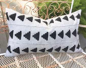 African Mudcloth Lumbar Pillow in Dove Grey with Black Pyramid Triangle Design 16x26 Boho / Modern / Farmhouse