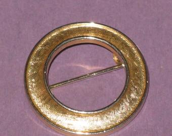 Vintage Trifari Gold Metal Brooch Pin Round Circle 0
