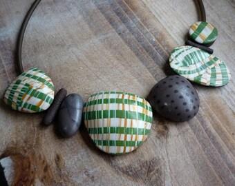 Collier vert de déclaration, lumière galets perles, l'Art vestimentaire unique, ajustable main collier en fimo bavoir idée cadeau Saint-Valentin pour les femmes