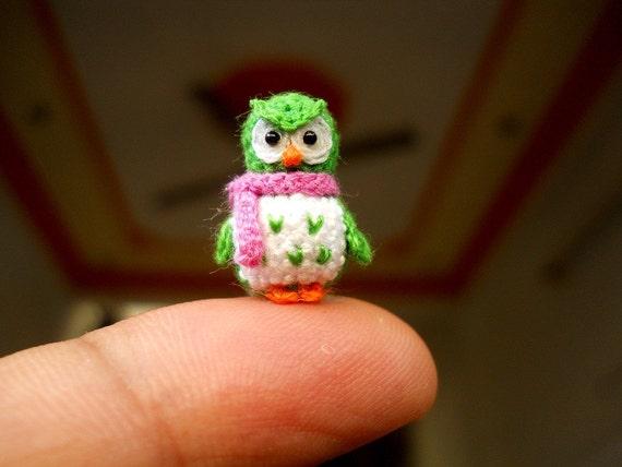 Grüne Eule rosa Schal Mikro häkeln Miniatur Vogel auf