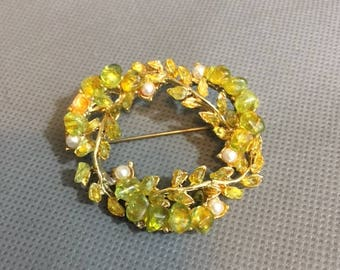 """Vintage Brooch / Pin Green & Yellow Stone faux Pearls gold metal 1 3/4"""" diameter"""