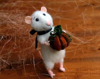 needle felt mouse with pumpkin, Halloween mouse, autumn mouse, felted mouse