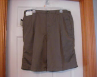Nice  Vintage Men's Roundtree and Yorke size 40 tall pleated front  with 2 back button pockets.   Original tags.  Never worn