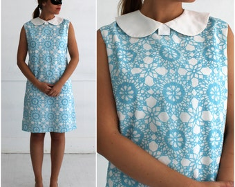 Vintage 1960s Blue and White Patterned Sleeveless Shift Dress with White Peter Pan Collar | Medium/Large