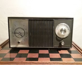 General Electric Vintage 1960's Solid State AM Clock/Radio brought to you by UsefulRetro!