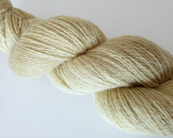 Natural dyed with goldenrod. 80:20 Shetland lamsbwool and British alpaca, woollen spun in Yorkshire and dyed with goldenrod shoots