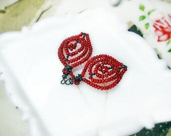 Perle en fait à la main et fil   2 feuilles rustiques   Fil en acier foncé, rouge scintillant de verre perles de rocailles   Breloques légers   Boucle d'oreille approvisionnement