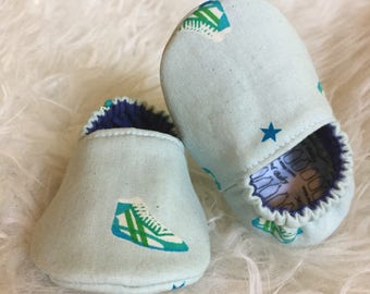Baby Moccs: Retro Sneakers Green / Baby Shoes / Baby Moccasins / Childrens Indoor Shoes / Vegan Moccs / Soft Soled Shoes / Montessori Shoes